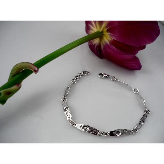 Bracelet délicat en argent fait à partir...