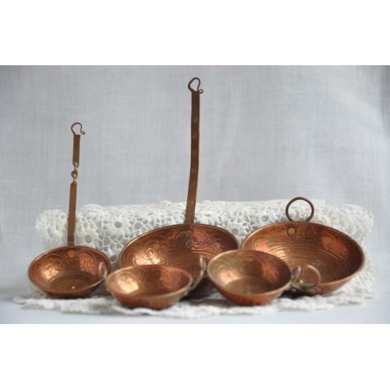 Casseroles miniatures en cuivre vintage pour maison d'enfant