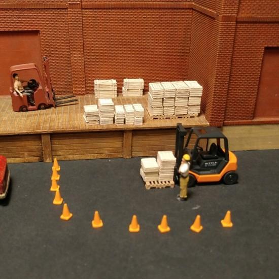 H032 Caisses de bois mélangées