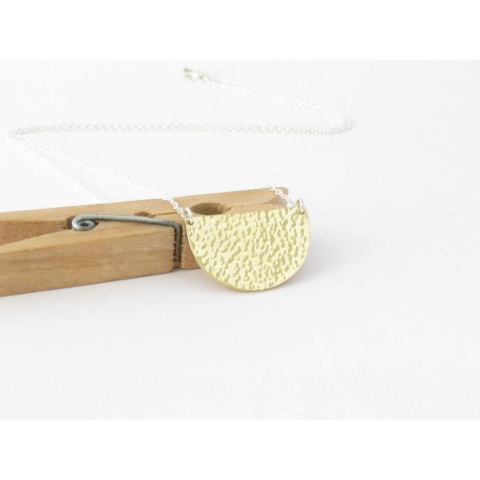 Collier demi-rond en laiton fabriqué à la main.